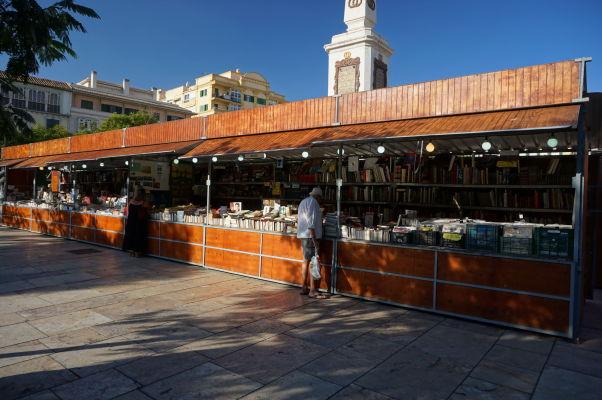 Trh s knihami na námestí Plaza de la Merced v Málage