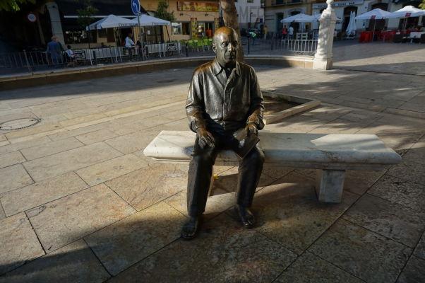 Socha Pabla Picassa na lavičke na námestí Plaza de la Merced v Málage
