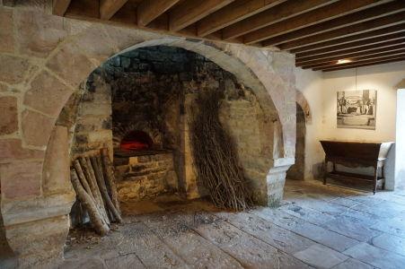 Kuchynská pec - Iba kuchyňa, lekáreň a pisáreň mali krb a teda právo udržiavať oheň
