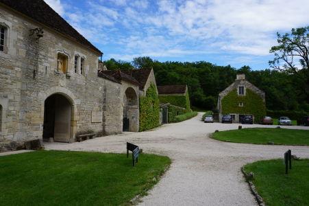 Vstup do kláštora Fontenay a parkovisko