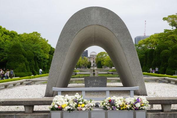 Hrob neznámeho vojaka v Parku mierového memoriálu v Hirošime, v pozadí Atómový dóm