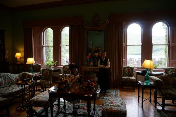 Jedna z miestností zámku Glenveagh v Írsku - súčasťou prehliadok sú herci v dobových kostýmoch