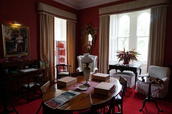 Pracovňa v zámku Glenveagh v Írsku - všetky miestnosti sú zariadené dobovým nábytkom