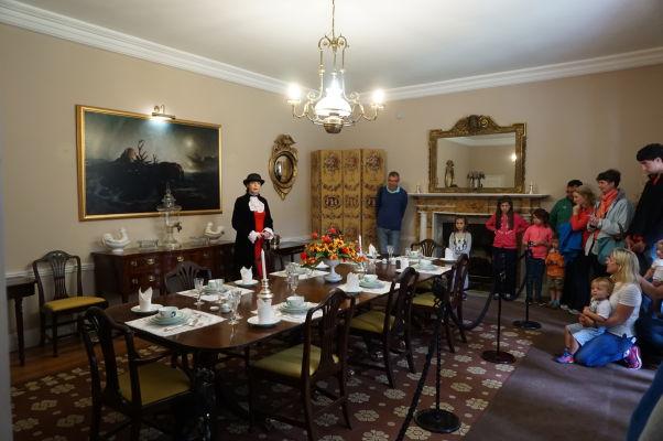 Jedáleň v zámku Glenveagh v Írsku - súčasťou prehliadok sú herci v dobových kostýmoch