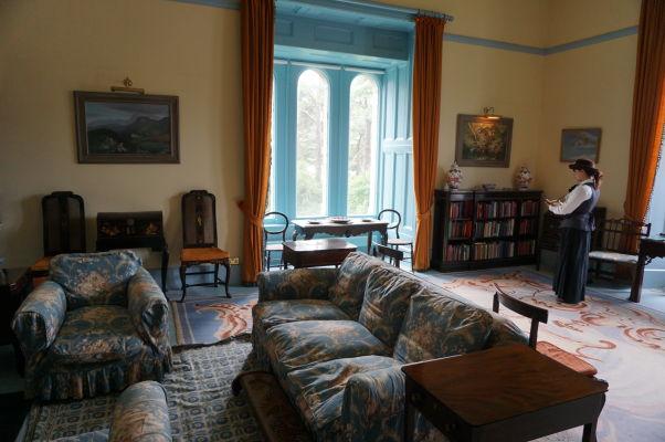 Knižnica a čitáreň v zámku Glenveagh v Írsku - súčasťou prehliadok sú herci v dobových kostýmoch