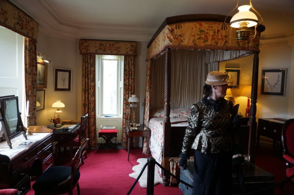 Spálňa v zámku Glenveagh v Írsku - súčasťou prehliadok sú herci v dobových kostýmoch