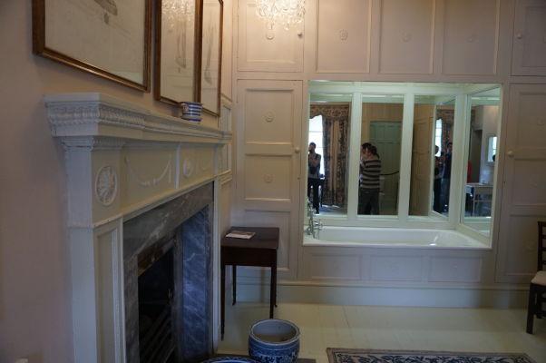 Kúpeľňa v zámku Glenveagh v Írsku je luxusná - nechýba krásna vaňa a krb