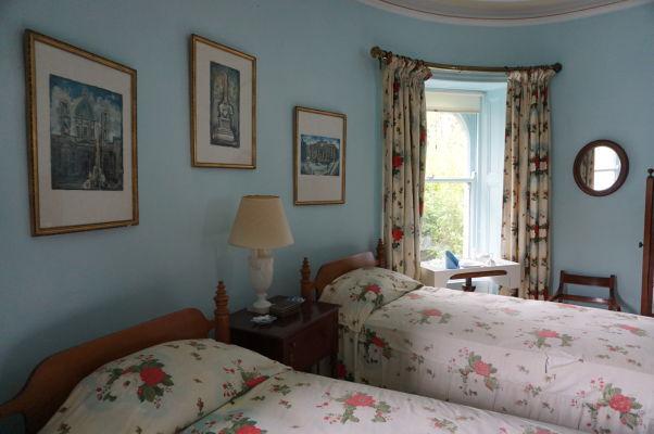 Jedna zo spální v zámku Glenveagh v Írsku - všetky miestnosti sú zariadené dobovým nábytkom