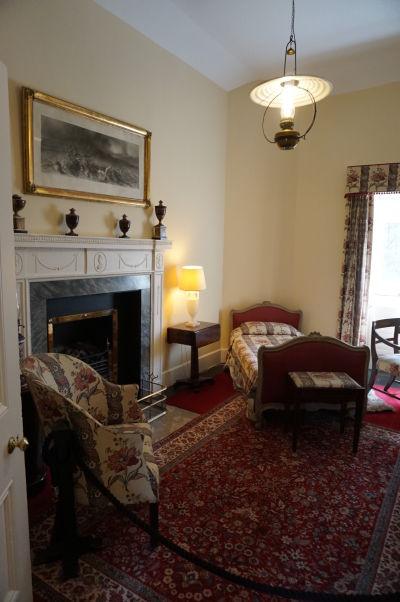 Jedna z miestností v zámku Glenveagh v Írsku - všetky miestnosti sú zariadené dobovým nábytkom