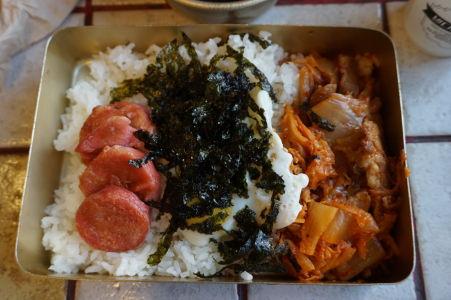 Niektoré kórejské bistrá ponúkajú jedlá v krabičkách - na obrázku ryža s klobásou, morskými riasami a vpravo kimči