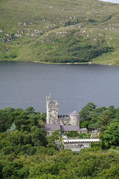 Zámok Glenveagh v rovnomennom národnom parku v Írsku pri pohľade z kopca za zámkom z trasy Viewpoint Trail