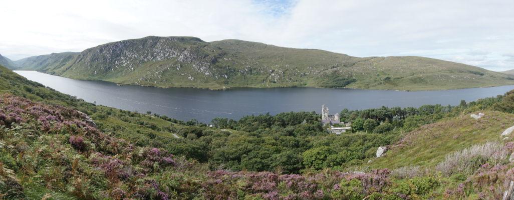 Národný park Glenveagh v Írsku - parku dominuje rozsiahle jazero Lough Veagh, ktoré je možné (spolu so zámkom) obdivovať z okolitých kopcov