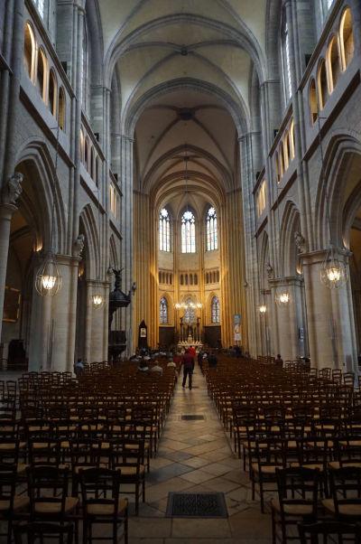 Hlavná loď Katedrály sv. Benigna v Dijone - Nájdeme tu typické prvky gotickej architektúry, ako vysoké piliere a lomené oblúky