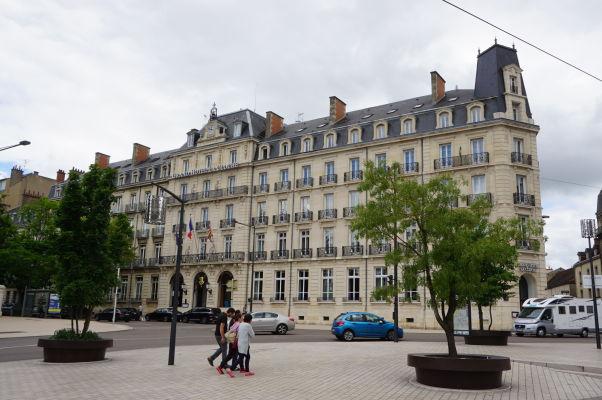 Grand Hotel La Cloche na námestí Place Darcy v Dijone