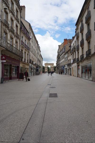 Pohľad na Porte Guillaume z pešej ulice Rue de la Liberté v Dijone - hlavného nákupného korza v meste