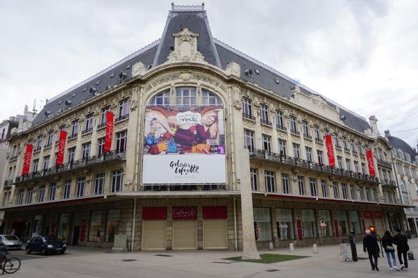 Obchodný dom Galeries Lafayette na pešej ulici Rue de la Liberté v Dijone - hlavnom nákupnom korze v meste