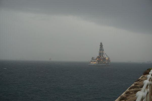 Z Europa Pointu na Gibraltári je možné sledovať nákladné a iné lode plávajúce Gibraltárskym prielivom