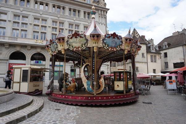 Kolotoč so stavbami Gustava Eiffela na námestí Place François-Rude v Dijone