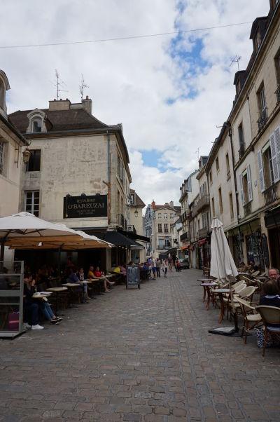 """Reštaurácie na námestí Place François-Rude v Dijone, prezývanom aj """"bareuzai"""""""