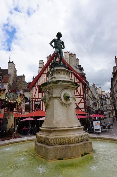 Fontána so zberačom vína na námestí Place François-Rude v Dijone