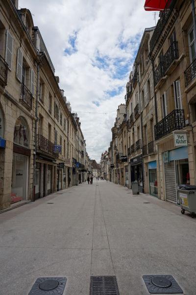 Pešia ulica Rue de la Liberté v Dijone - hlavné nákupné korzo v meste
