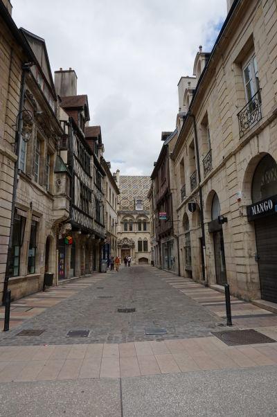 Rue Stephen Liegeard - jedna z bočných peších nákupných uličiek vedúcich z Rue de la Liberté v Dijone