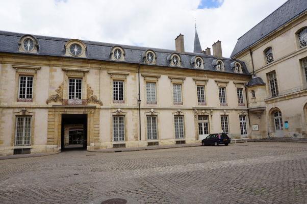 Nádvorie Stavovského paláca (Palác vojvodov) v Dijone