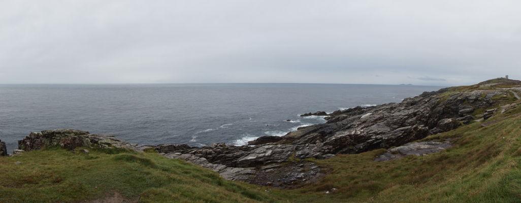Drsné pobrežie na Malin Head na severe Írska - v diaľke vpravo veža na Banba's Crown