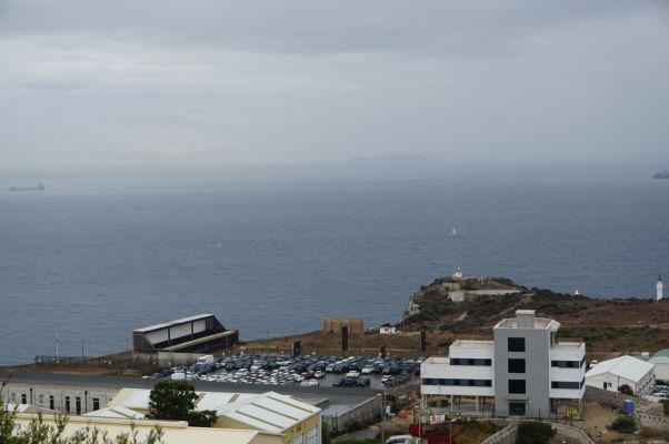 Pohľad na Gibraltársky prieliv od Herkulovho piliera - v strede v diaľke je vidieť pobrežie Afriky, vpravo dole minaret mešity na Europa Pointe - za jasného dňa je africké pobrežie viditeľné oveľa lepšie
