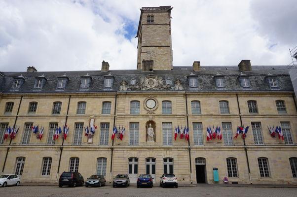 Palác burgundských vojvodov v Dijone, dnes Múzeum výtvarného umenia. Uprostred Veža Filipa III. Dobrého