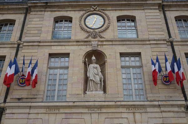 Čelo Paláca burgundských vojvodov v Dijone je lemované heslom Francúzskej revolúce (Sloboda, rovnosť, bratstvo) pod sochou stelesňujúcou Francuzsko a víťazstvo