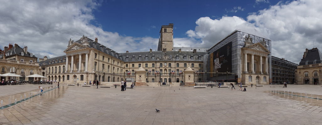 Námestie oslobodenia (Place de la Libération) a Palác burgundských vojvodov v Dijone, dnes Múzeum výtvarného umenia. Uprostred Veža Filipa III. Dobrého