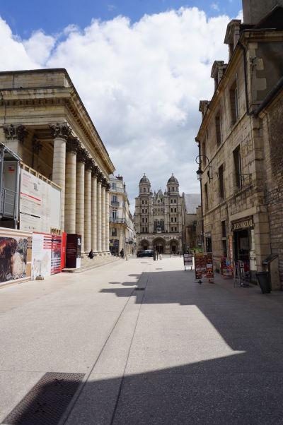 Ulica Rue Rameau v Dijone, vedúca k chrámu Saint-Michel