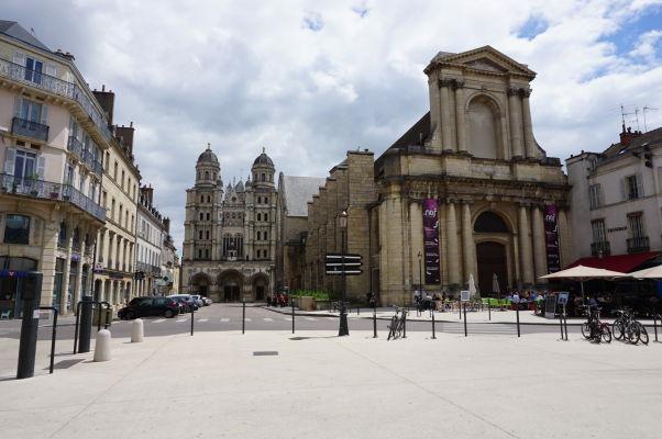 Námestie Place du Théâtre v Dijone, vľavo chrám Saint-Michel, vpravo spolok Priateľov dijonských múzeí