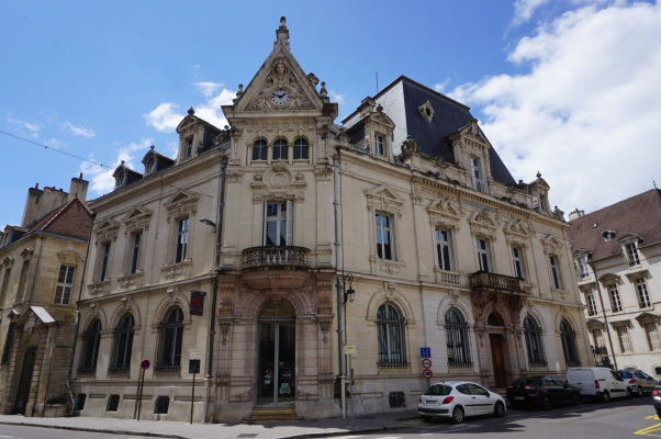 Historická budova neďaleko námestia Place du Théâtre v Dijone