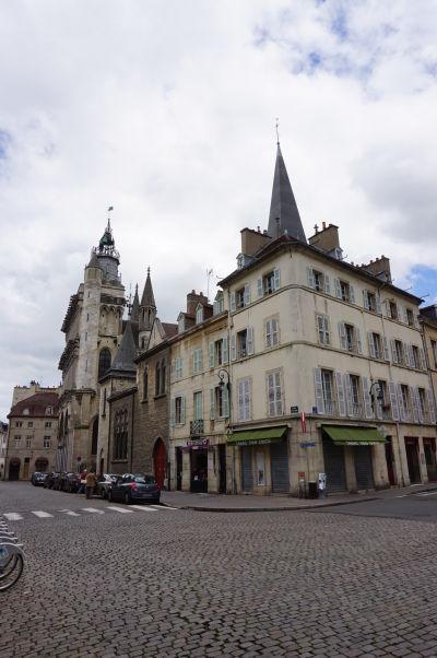 Príchod k Chrámu Matky Božej v Dijone po ulici Place Notre-Dame