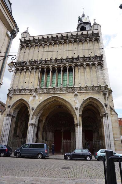 Atypická fasáda západnej steny Chrámu Matky Božej v Dijone