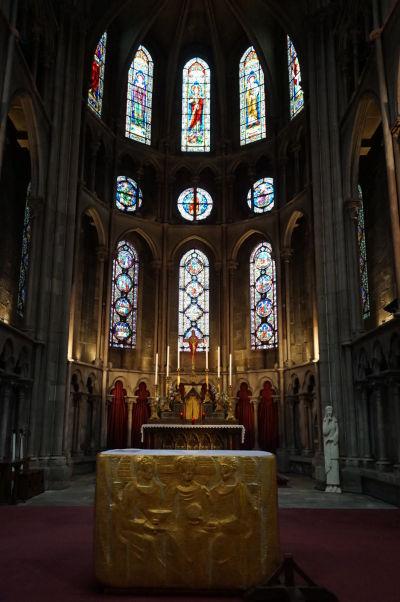 Hlavný oltár a presbytérium Chrámu Matky Božej v Dijone