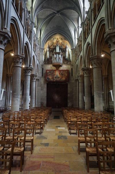 Pohľad od presbytéria na hlavnú loď a organ Chrámu Matky Božej v Dijone