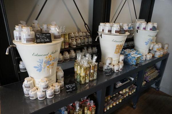 Edmond Fallot - rodinný podnik na výrobu tradičnej dijonskej horčice má obchod priamo v Dijone - horčicu si tu môžete nakúpiť i priamo do svojich fliaš