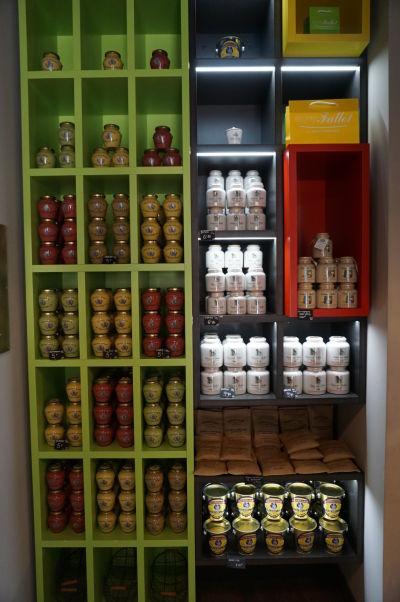 Edmond Fallot - rodinný podnik na výrobu tradičnej dijonskej horčice má obchod priamo v Dijone - výber horčíc je naozaj široký