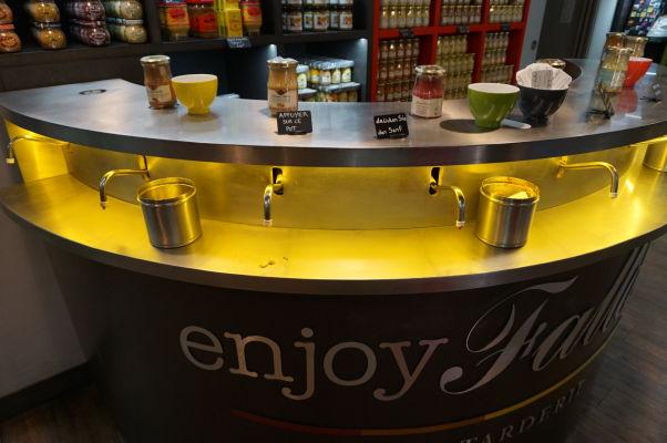 Edmond Fallot - rodinný podnik na výrobu tradičnej dijonskej horčice má obchod priamo v Dijone - horčicu si tu môžete načapovať z dávkovačov priamo do svojich fliaš