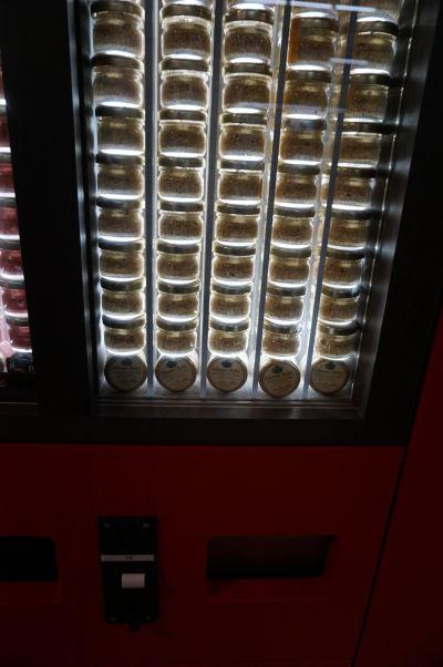Edmond Fallot - rodinný podnik na výrobu tradičnej dijonskej horčice má obchod priamo v Dijone - automat na predaj horčice