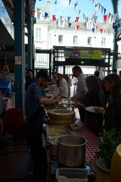 Tržnica Les Halles v Dijone slúži predovšetkým ako miesto, kde sa môžete prísť najesť