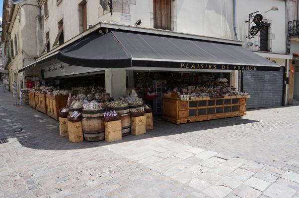 V okolí tržnice Les Halles v Dijone sa nachádzajú ďalšie obchodíky, napríklad s horčicou