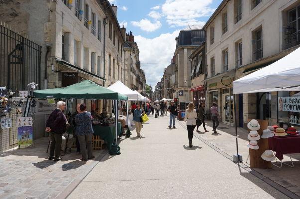 Ulička Rue des Godrans neďaleko tržnice Les Halles v Dijone tiež často slúži ako malé trhovisko, najmä počas víkendov