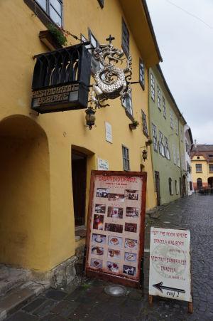 Rodný dom kniežaťa Drakulu - Drak na štíte pripomína, o akú budovu sa jedná