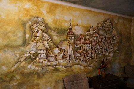 Maľba na stene domu zobrazujúca Drakulu a Sighișoaru