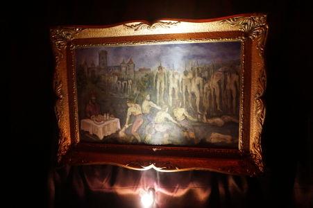 Obraz zobrazujúci obedujúceho Drakulu hneď vedľa tiel obetí napichnutých na koly