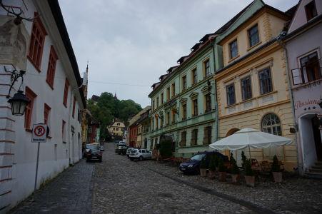 Ulička (Strada Școlii) vedúca ku krytému schodisku